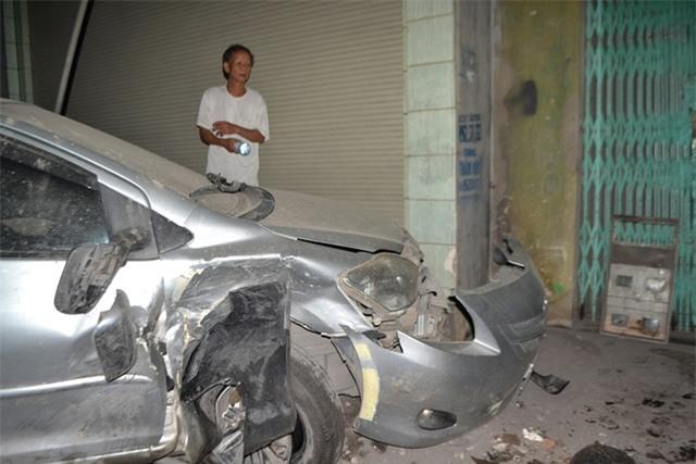 Phần đầu của hai xe ô tô bị hỏng hoàn toàn