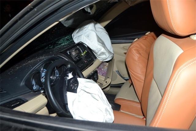 Túi khí của xe gây tai nạn bung ra và trên sàn có nhiều vết máu