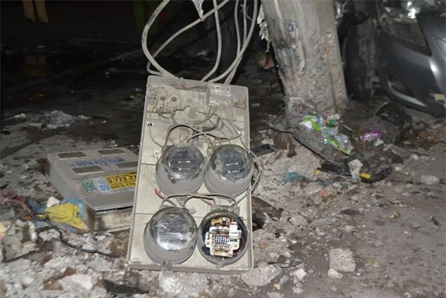 Cú tông mạnh khiến cột điện hạ thế bị gãy và nhiều đồng hồ bị hư hỏng