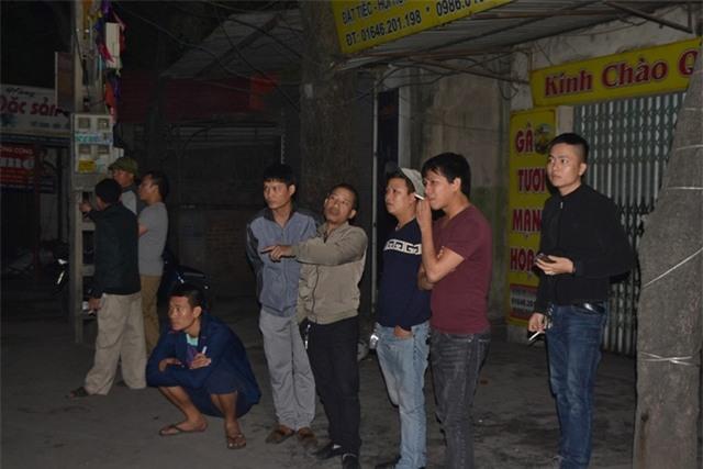 Nhiều người dân khu phố theo dõi vụ tai nạn