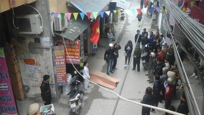 Hà Nội: Nam thanh niên nghi rơi từ nhà cao tầng xuống đất tử vong - Ảnh 1.