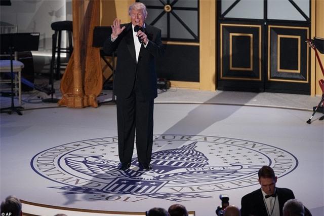 Trước khi bữa tiệc bắt đầu, Tổng thống đắc cử Trump đã có bài phát biểu tri ân các nhà tài trợ cũng như các trợ lý đã kề vai sát cánh cùng ông trong suốt chiến dịch tranh cử. (Ảnh: AP)