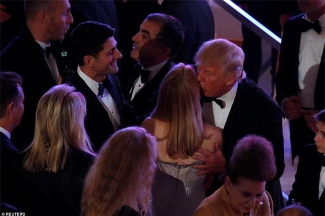 """Trong bài phát biểu, khi đề cập đến lễ nhậm chức vào sáng hôm sau, ông Trump đã hài hước nói rằng: """"Ngày mai trời có thể mưa. Nhưng tôi không quan tâm. Chẳng vấn đề gì hết. Nếu thực sự trời mưa, không sao cả, bởi mọi nó sẽ khiến mọi người nhận ra rằng mái tóc của tôi là thật. Có thể sẽ có một chút xáo trộn, nhưng mà họ sẽ thấy mái tóc của tôi là thật"""". Trong ảnh: Tổng thống đắc cử Trump chào các quan khách tại bữa tiệc. (Ảnh: Reuters)"""