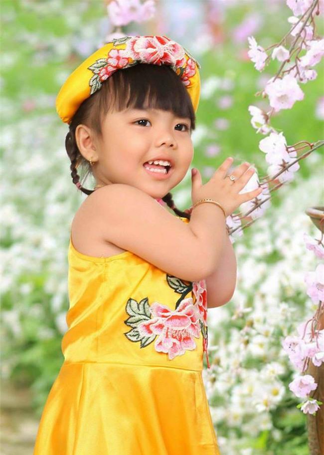 Bé gái 3 tuổi bị mẹ phạt quỳ đốn tim dân mạng vì màn nhận lỗi cực đáng yêu - Ảnh 3.