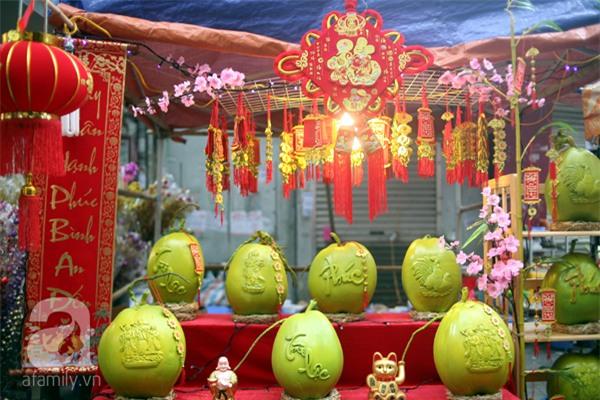 Dưa hấu, dừa tươi khắc hình gà giá gấp 6 lần vẫn được người Hà Nội ưa chuộng mua về trưng Tết - Ảnh 10.