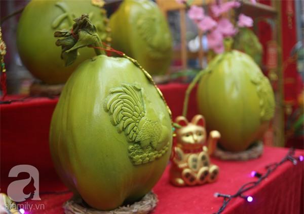 Dưa hấu, dừa tươi khắc hình gà giá gấp 6 lần vẫn được người Hà Nội ưa chuộng mua về trưng Tết - Ảnh 11.