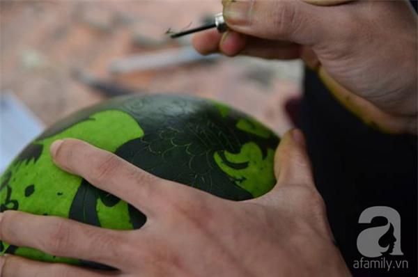 Dưa hấu, dừa tươi khắc hình gà giá gấp 6 lần vẫn được người Hà Nội ưa chuộng mua về trưng Tết - Ảnh 2.