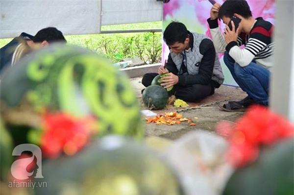 Dưa hấu, dừa tươi khắc hình gà giá gấp 6 lần vẫn được người Hà Nội ưa chuộng mua về trưng Tết - Ảnh 3.