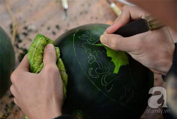 Dưa hấu, dừa tươi khắc hình gà giá gấp 6 lần vẫn được người Hà Nội ưa chuộng mua về trưng Tết - Ảnh 4.