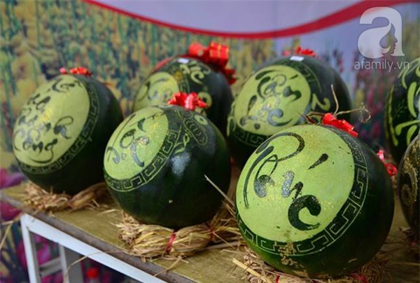 Dưa hấu, dừa tươi khắc hình gà giá gấp 6 lần vẫn được người Hà Nội ưa chuộng mua về trưng Tết - Ảnh 6.