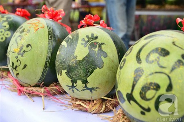 Dưa hấu, dừa tươi khắc hình gà giá gấp 6 lần vẫn được người Hà Nội ưa chuộng mua về trưng Tết - Ảnh 7.