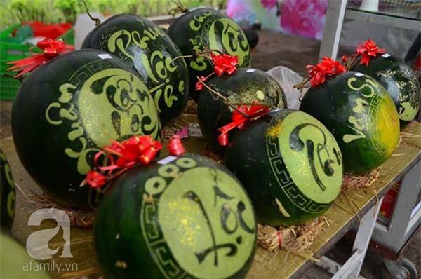 Dưa hấu, dừa tươi khắc hình gà giá gấp 6 lần vẫn được người Hà Nội ưa chuộng mua về trưng Tết - Ảnh 9.