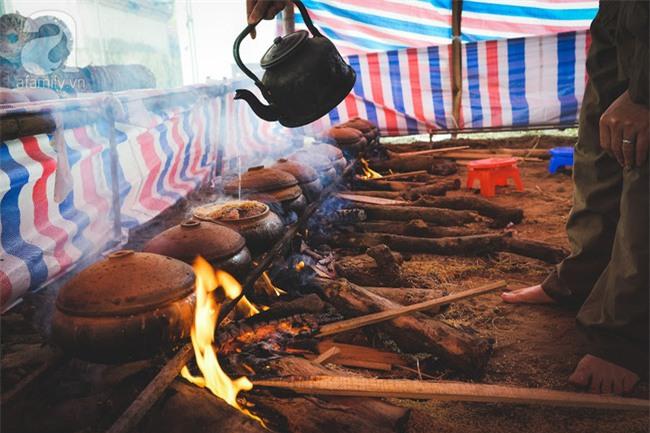 Về làng Vũ Đại giáp Tết, thưởng thức món cá kho đắt gấp trăm lần bình thường mà vẫn cháy hàng - Ảnh 13.