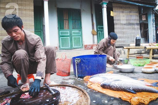 Về làng Vũ Đại giáp Tết, thưởng thức món cá kho đắt gấp trăm lần bình thường mà vẫn cháy hàng - Ảnh 4.