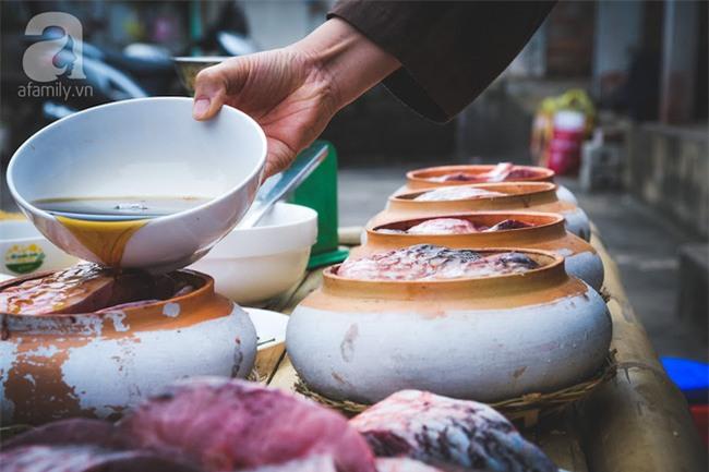 Về làng Vũ Đại giáp Tết, thưởng thức món cá kho đắt gấp trăm lần bình thường mà vẫn cháy hàng - Ảnh 8.
