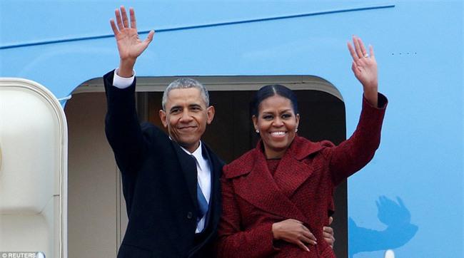 Tổng thống Barack Obama vẫy tay chào tạm biệt lên máy bay, người dân đứng khóc trong tiếc nuối - Ảnh 1.
