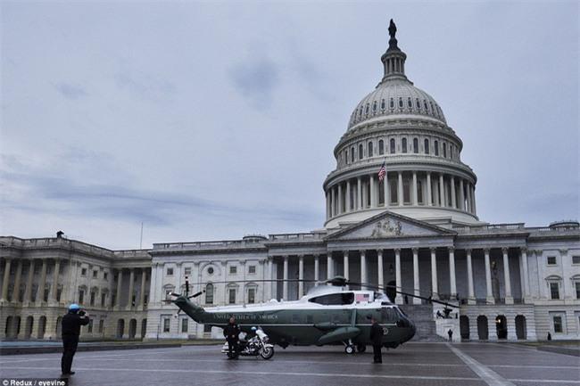 Tổng thống Barack Obama vẫy tay chào tạm biệt lên máy bay, người dân đứng khóc trong tiếc nuối - Ảnh 10.