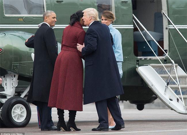 Tổng thống Barack Obama vẫy tay chào tạm biệt lên máy bay, người dân đứng khóc trong tiếc nuối - Ảnh 11.