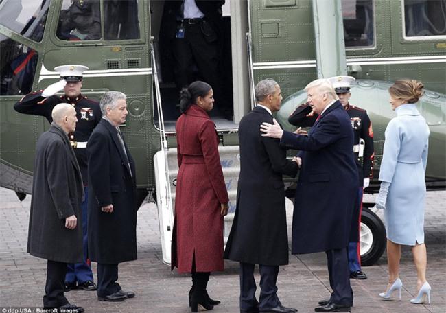 Tổng thống Barack Obama vẫy tay chào tạm biệt lên máy bay, người dân đứng khóc trong tiếc nuối - Ảnh 12.