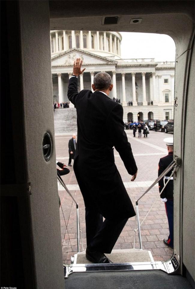 Tổng thống Barack Obama vẫy tay chào tạm biệt lên máy bay, người dân đứng khóc trong tiếc nuối - Ảnh 13.
