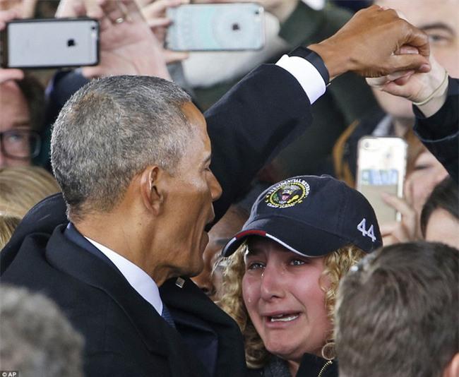 Tổng thống Barack Obama vẫy tay chào tạm biệt lên máy bay, người dân đứng khóc trong tiếc nuối - Ảnh 2.