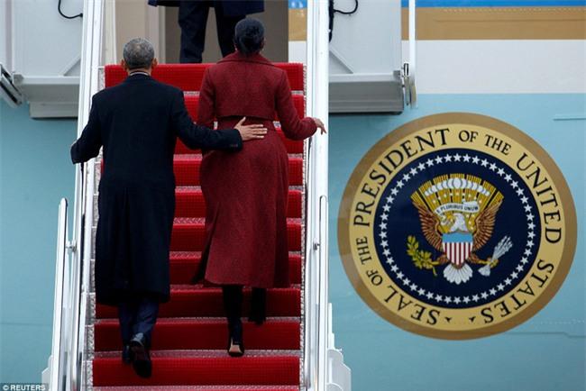 Tổng thống Barack Obama vẫy tay chào tạm biệt lên máy bay, người dân đứng khóc trong tiếc nuối - Ảnh 3.