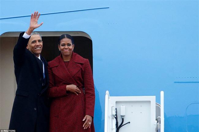 Tổng thống Barack Obama vẫy tay chào tạm biệt lên máy bay, người dân đứng khóc trong tiếc nuối - Ảnh 4.