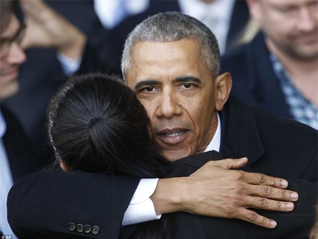 Tổng thống Barack Obama vẫy tay chào tạm biệt lên máy bay, người dân đứng khóc trong tiếc nuối - Ảnh 5.