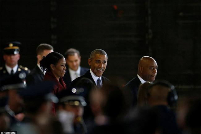 Tổng thống Barack Obama vẫy tay chào tạm biệt lên máy bay, người dân đứng khóc trong tiếc nuối - Ảnh 8.