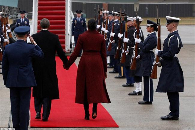 Tổng thống Barack Obama vẫy tay chào tạm biệt lên máy bay, người dân đứng khóc trong tiếc nuối - Ảnh 9.