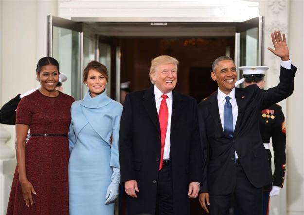 Những biểu cảm của cựu Đệ nhất phu nhân Michelle Obama khi nhận quà từ bà Melania Trump gây xôn xao mạng xã hội - Ảnh 1.