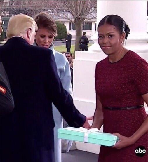 Những biểu cảm của cựu Đệ nhất phu nhân Michelle Obama khi nhận quà từ bà Melania Trump gây xôn xao mạng xã hội - Ảnh 2.
