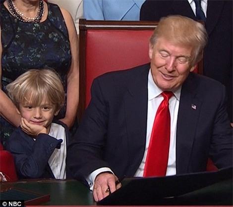 Khuôn mặt mệt mỏi mà vẫn đầy đáng yêu của các cháu nhà Tổng thống Trump: Chúng ta xong chưa ông ơi? - Ảnh 4.