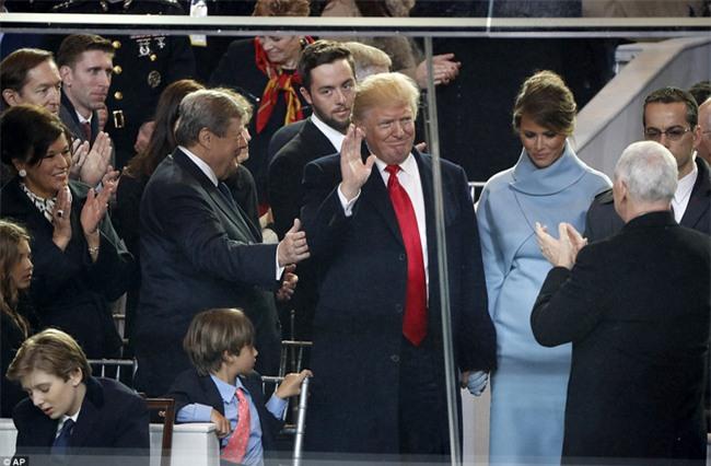 Khuôn mặt mệt mỏi mà vẫn đầy đáng yêu của các cháu nhà Tổng thống Trump: Chúng ta xong chưa ông ơi? - Ảnh 8.