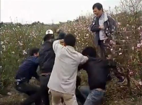 Trộm xe tay ga ở vườn đào Tết, bị người dân vây đánh hội đồng - Ảnh 1.