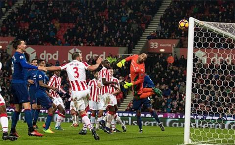 Thủ môn Grant của Stoke bó tay trước pha đá phạt tuyệt vời của Rooney
