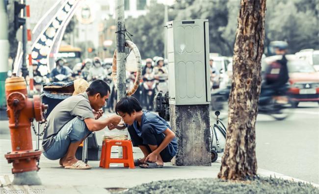 Giữa ngày giáp Tết vội vã, bức ảnh này khiến nhiều người lắng lòng mình lại - Ảnh 1.