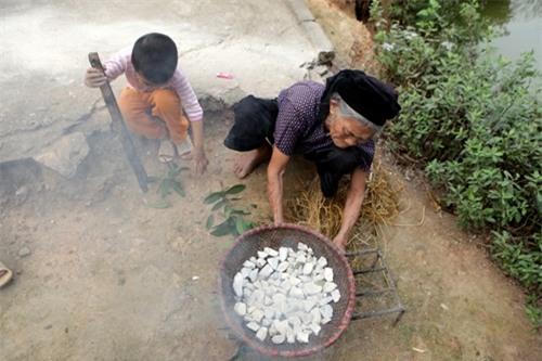 Cặp vợ chồng già lưu giữ tục ăn đất cổ xưa ở Vĩnh Phúc - 12