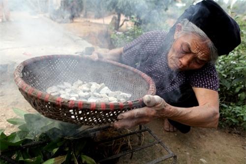 Cặp vợ chồng già lưu giữ tục ăn đất cổ xưa ở Vĩnh Phúc - 13