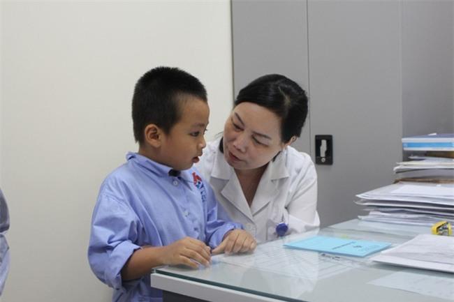 Chuyên gia hàng đầu tai mũi họng: Nhiều cha mẹ lấy ráy tai sai cách, gây nguy hiểm cho con - Ảnh 1.