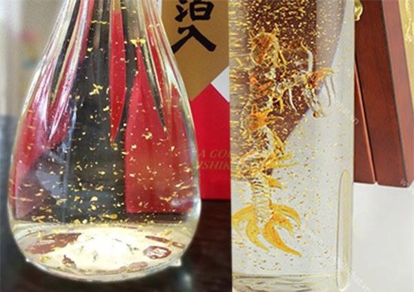Tiệc Tết nhà đại gia Việt: Ăn bánh phủ vàng, uống rượu vảy vàng