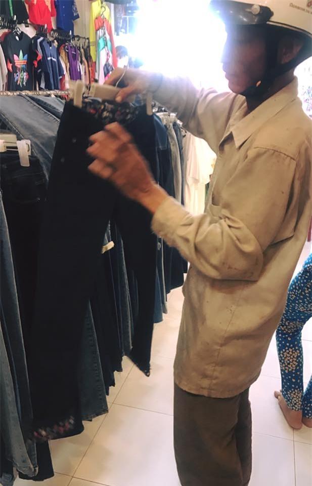 Ngần ngại vì sợ người ta chê mình rách rưới, ông bố nghèo vẫn muốn mua cho vợ con bộ quần áo mới đón Tết - Ảnh 1.