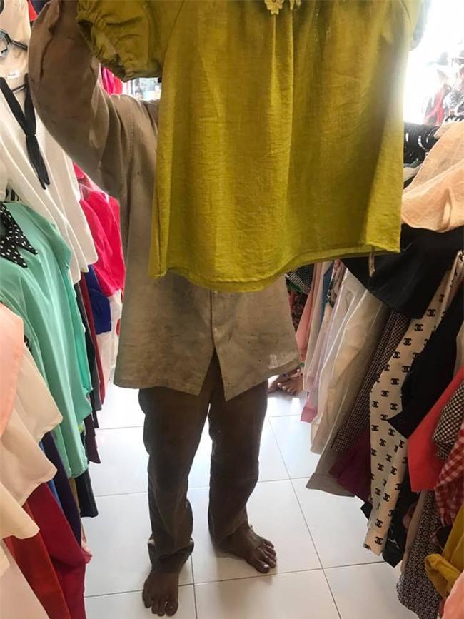 Ngần ngại vì sợ người ta chê mình rách rưới, ông bố nghèo vẫn muốn mua cho vợ con bộ quần áo mới đón Tết - Ảnh 3.