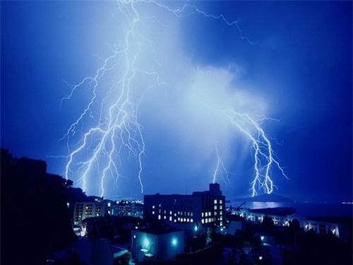 """Khi thời tiết mưa gió, sấm chớp không thích hợp cho những cuộc """"yêu""""."""