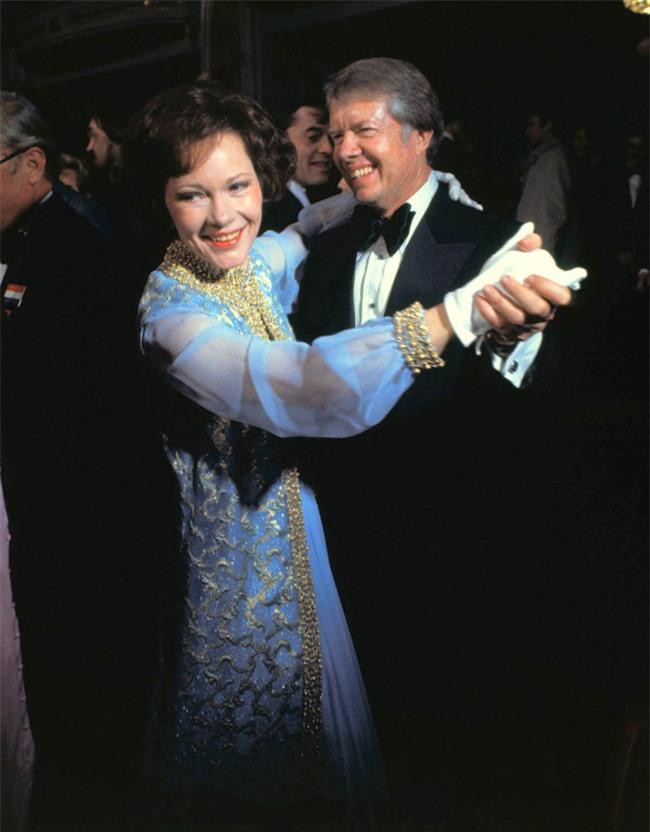 Các Đệ nhất phu nhân Mỹ xinh đẹp nhường nào trong dạ tiệc khiêu vũ mừng lễ nhậm chức của chồng? - Ảnh 1.