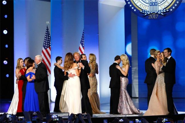 Các Đệ nhất phu nhân Mỹ xinh đẹp nhường nào trong dạ tiệc khiêu vũ mừng lễ nhậm chức của chồng? - Ảnh 25.