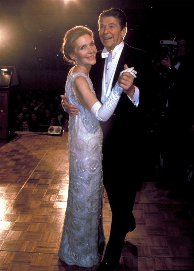 Các Đệ nhất phu nhân Mỹ xinh đẹp nhường nào trong dạ tiệc khiêu vũ mừng lễ nhậm chức của chồng? - Ảnh 3.