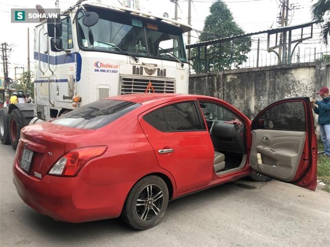 Xế hộp Nissan bị xe container đẩy lùi hàng chục mét, anh trai đạp cửa cứu 2 em - Ảnh 3.