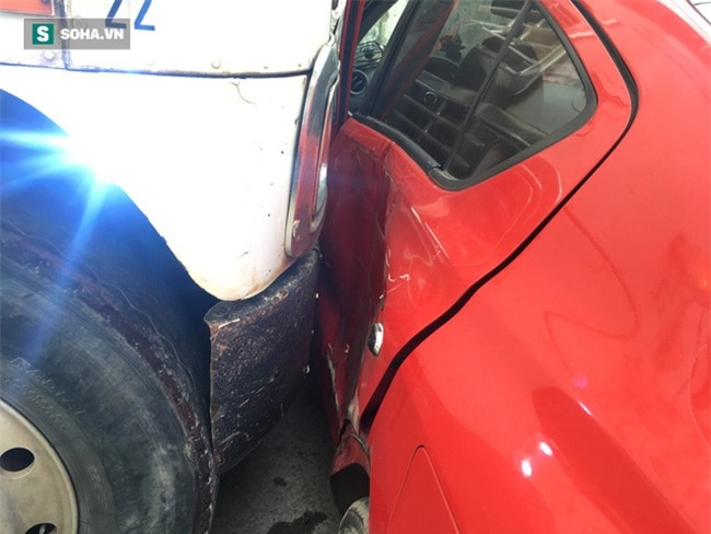 Xế hộp Nissan bị xe container đẩy lùi hàng chục mét, anh trai đạp cửa cứu 2 em - Ảnh 4.