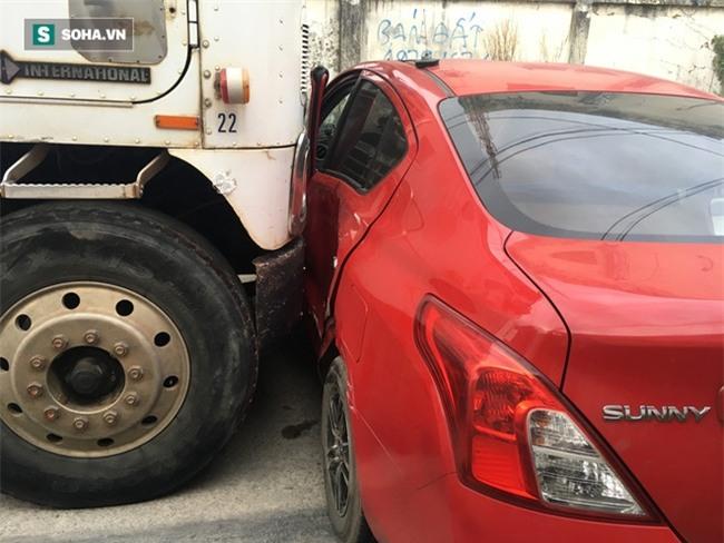 Xế hộp Nissan bị xe container đẩy lùi hàng chục mét, anh trai đạp cửa cứu 2 em - Ảnh 7.